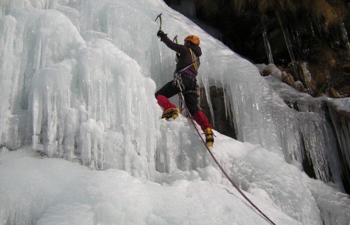 traduttrice che arrampica su una cascata di ghiaccio